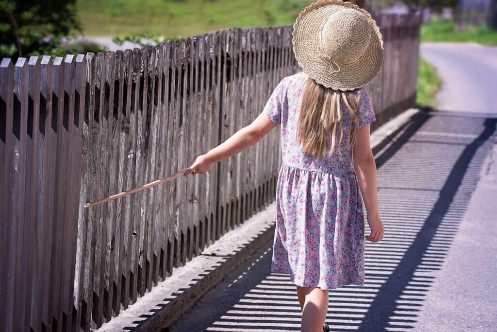 Kleines Mädchen spaziert in der Sonne um Vitamin D zu produzieren.