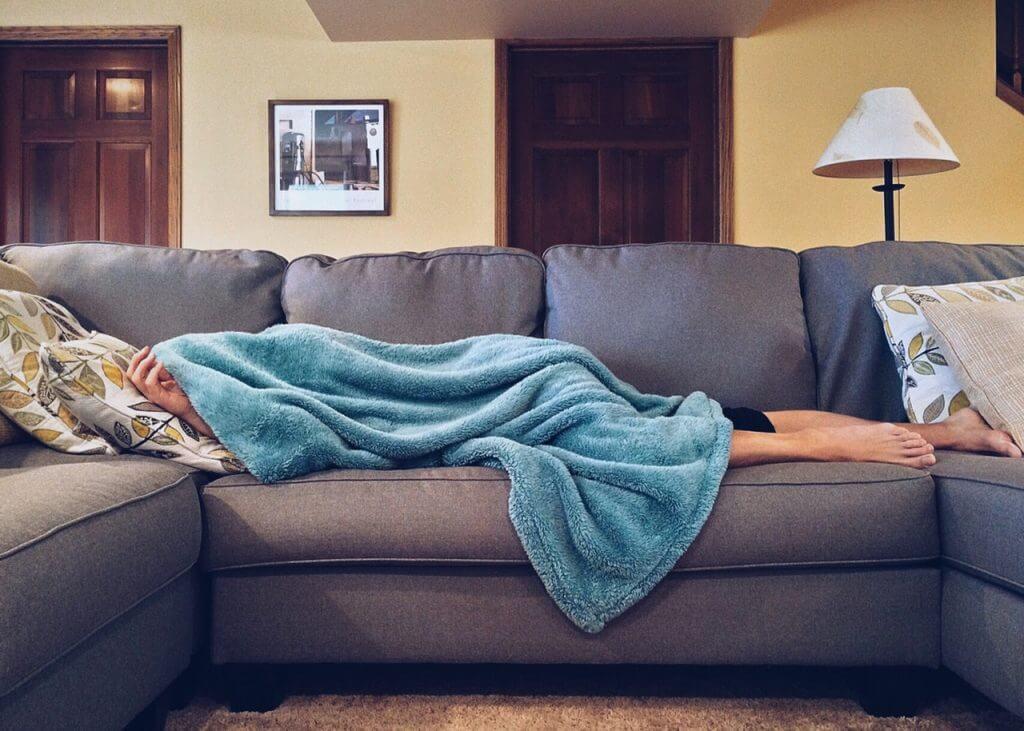 Wer nicht genug schläft schwächt den Körper und steigert so die Chancen einer Grippe.